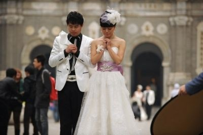 Asian couples rush to wed on auspicious date