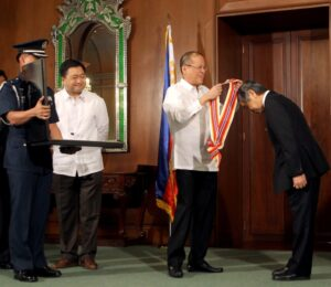 President Benigno S. Aquino III confers the Order of Sikatuna with the rank of Datu (Gold Distinction) on outgoing Asian Development Bank (ADB) president Haruhiko Kuroda during the farewell call at the Music Room of the Malacañan Palace on Wednesday (March 13). The Order of Sikatuna is the national order of diplomatic merit of the Republic of the Philippines. It is conferred upon individuals who have rendered exceptional and meritorious services to the Republic of the Philippines, upon diplomats, officials and nationals of foreign states who have rendered conspicuous services in fostering, developing and strengthening relations between their country and the Philippines. In photo is Finance Secretary Cesar Purisima. (MNS photo)