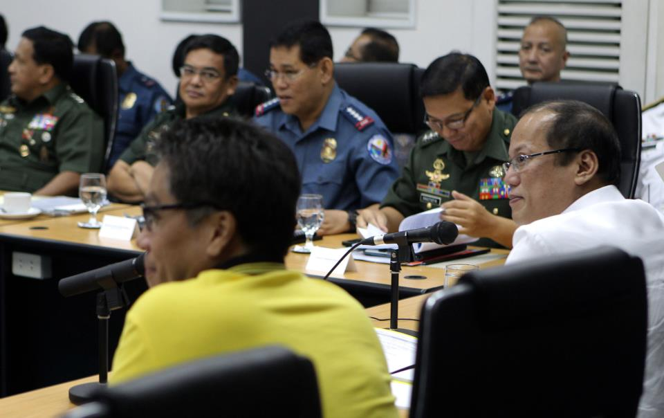 President Benigno S. Aquino III presides over a command conference Wednesday, May 8, 2013 inside the Presidential Situation Room in Malacanang. The conference focuses on the ensuring that all systems are in place for the May 13 polls. Present in the conference are DILG Sec Mar Roxas, Executive Secretary Paquito Ochoa and heads of PNP and AFP. (MNS photo)
