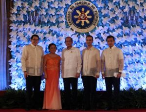 "President Benigno S. Aquino III shares the stage with newly sworn Senators Paolo Benigno ""Bam"" Aquino IV, Cynthia Villar, Alan Peter ""Compañero"" Cayetano and Antonio ""Sonny"" Trillanes IV, for a group photo souvenir during the Oathtaking Ceremony at the Rizal Hall, Malacañan Palace on Thursday (June 27, 2013). (MNS Photo)"
