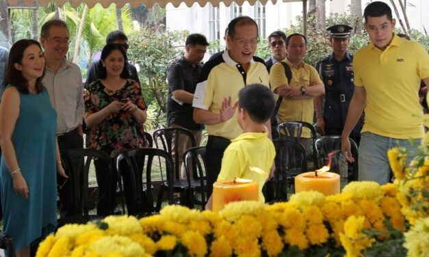 Aquino, sisters visit graves of parents on All Saints' Day