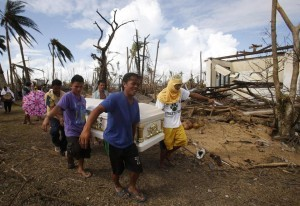 Residents carry a coffin containing the body of a victim of Typhoon Haiyan during a funeral in Tanauan, Leyte, central Philippines November 14, 2013. (MNS photo)