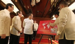 Jollibee Foods Corporation (JFC) chairman and chief executive officer Tony Tan Caktiong, JFC chief operating officer Ernesto Tanmantiong, Jollibee Philippines president Joseph Tanbuntiong and KSA franchisee partner Faisal Al-Turki presented to President Benigno S. Aquino III a Jollibee Global Map highlighting the 100th Store in Jubail, Kingdom of Saudi Arabia during the Jollibee's Twin Milestone Celebration at the Heroes Hall of the Malacañan Palace on Tuesday (March 11). (MNS photo)