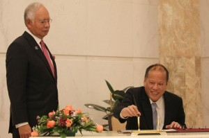 (KUALA LUMPUR, Malaysia) President Benigno S. Aquino III, escorted by Malaysian Prime Minister Dato' Sri Haji Mohammad Najib bin Tun Haji Abdul Razak, signs the Guest Book at the Prime Minister's Office at the Perdana Putra Building in Putrajaya on Friday (February 28, 2014) during his State Visit to Malaysia. President Aquino and PM Najib are expected to discuss the upcoming signing of the Comprehensive Agreement on the Bangsamoro. (MNS photo)