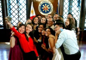 President Benigno S. Aquino III huddles with the University Athletic Association of the Philippines (UAAP) Season 76 women's volleyball champion Ateneo de Manila University (AdMU) Lady Eagles, led by Season and Finals Most Valuable Player (MVP) Alyssa Valdez, for a selfie shot during the group's courtesy call at the President's Hall of the Malacañan Palace on Thursday (April 03). (MNS photo)