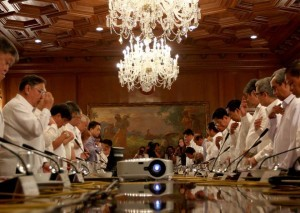 President Benigno S. Aquino III leads his official family in prayer before presiding over the meeting on Yolanda rehabilitation updates at the Aguinaldo State Dining Room of the Malacañan Palace on Friday (May 16, 2014). (MNS photo)