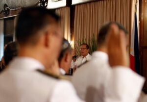 President Benigno S. Aquino III administers the oath of office of newly appointed generals of the Armed Forces of the Philippines in a ceremony at the Rizal Hall of the Malacañan Palace on Monday (August 11). (MNS photo)