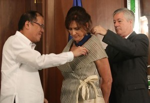 President Benigno S. Aquino III confers the Order of Lakandula with a rank of Grand Officer (Maringal na Pinuno) on outgoing United Nations (UN) Resident Coordinator Luiza Carvalho during the Farewell Call at the Music Room of the Malacañan Palace on Monday (October 27, 2014). Carvalho was cited for her important contribution in further strengthening and deepening the relations of the Republic of the Philippines with the United Nations. The Order of Lakandula is the Order of Political and Civic Merit of the Republic. Also in photo is Mr. Jose Renato Carvalho, spouse.(MNS photo)