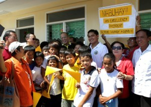 President Benigno S. Aquino III poses with pupils of the newly repaired classrooms of Guiuan East Central School in Barangay 8, Poblacion, Guiuan during the visit to the province of Eastern Samar on Friday (November 07). It was in Guiuan where super Typhoon Yolanda, the strongest typhoon ever recorded, made its first landfall on November 08, 2013. (MNS photo)