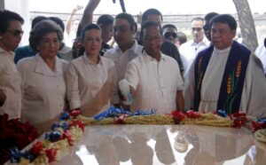 Vice President Jejomar Binay sprinkles holy water at the tomb of Fernando Poe Jr. (FPJ) at the Manila North Cemetery on the occasion of the 10th death anniversary of the acknowledged Filipino movie king on Sunday (Dec.14, 2014). Also in photo are Senator Grace Poe and movie-TV actress Susan Roces (2nd from left). (MNS photo)