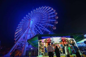 People line up to get a ride on the Pampanga Eye, the country's tallest Ferris Wheel, at the Sky Ranch in SM City Pampanga during its ceremonial opening on Wednesday. Retail giant SM inaugurated the park on Wednesday and will be open to the public starting November 30. (MNS photo)