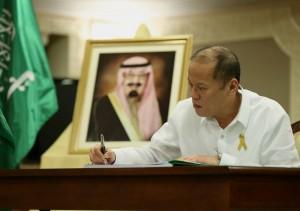 President Benigno S. Aquino III signs the book of condolences for the late King Abdullah bin Abdulaziz Al-Saud at the Embassy of the Kingdom of Saudi Arabia in Makati City on Tuesday (January 27). (MNS photo)