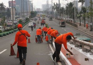 Department of Public Works and Highways (DPWH) personnel repaint the Roxas Blvd. flyover in Pasay City as part of the preparations for the Apostolic Visit of Pope Francis to the Philippines on Jan. 15-19. (MNS photo)