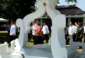 President Benigno S. Aquino III is received by National Historical Commission of the Philippines (NHCP) chairperson Dr. Maria Serena Diokno upon arrival for the inauguration of the Museo ni Emilio Aguinaldo at the Emilio Aguinaldo Shrine in Kawit, Cavite on Friday (March 20). The museum chronicles the life and times of Aguinaldo, especially during the revolution against Spain and war against the United States. (MNS photo)