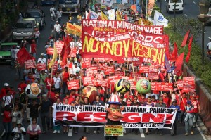 Members of various militant groups march towards Mendiola Bridge on Friday as they call for the resignation of President Aquino. The groups scored Aquino for giving false information to the public and not taking responsibility for the Mamasapano incident that claimed the lives of 44 SAF troopers.(MNS photo)