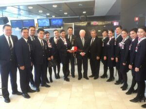 Ambassador Jose L. Cuisia, Jr. with Philippine Airlines President and Chief Operating Officer Jaime Bautista and members of the crew of Philippines Airlines Flight 127 from New York to Manila shortly before its departure at the John F. Kennedy International Airport on Monday. (Philippine Embassy Photo by Emil Fernandez)