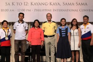 """President Benigno S. Aquino III poses with the people who gave their testimony under the K TO 12 program (left to right) Mr. Rowen Dizon Parent of a Senior High School Graduate, Ms. Gina Obierna, Grade 2 Adviser at the Don Alejandro Roces Sr. Science Technology High School, Arien Lein Ibardo of Doña Rosario High School Novaliches Q.C. and Ms. Love Basillote during the celebration ceremony of the Department of Education's (DepEd) dubbed, """"Sa K to 12, Kayang-kaya, Sama-sama! A celebration of K to 12 Milestones.""""  Also in photo are Education Secretary Bro. Armin Luistro and Department of Social Welfare and Development (DSWD) Secretary Dinky Soliman.  (MNS photo)"""
