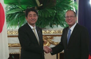 President Aquino meets with Japanese Prime Minister Shinzo Abe at the Asahi-no-Ma Room of the Akasaka State Guest House during the two countries' summit meeting on Thursday. Aquino called on Japan to form a united front against China's increasing assertiveness.(MNS Photo)
