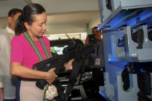 Senator Grace Poe inspects a Tabor assault rifle at the Philippine Drug Enforcement Agency (PDEA) headquarters after gracing the 13th anniversary of the agency on Tuesday where she was the keynote speaker. Poe said she is working on raising the reward money for informants.(MNS photo)