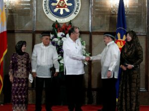 --  President Benigno S. Aquino III congratulates Commission on Elections (Comelec) Commissioner Sheriff Abas after administering the oath in a ceremony at the Rizal Hall of the Malacañan Palace on Tuesday (June 30). (MNS photo)