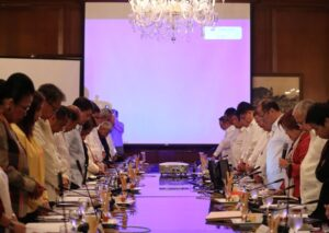 President Benigno S. Aquino III joins his official family in prayer before presiding over the Cabinet Budget Presentation Meeting at the Aguinaldo State Dining Room of the Malacañan Palace Monday (July 6). (MNS photo)