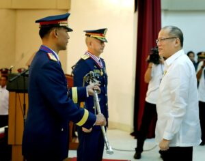 President Benigno S. Aquino III passes on to newly installed Philippine National Police (PNP) Chief Police Director Ricardo Marquez the Transformation Torch after it was ceded by former PNP Officer-in-Charge and Deputy Director General Espina during the PNP Change of Command Ceremony and Retirement Honors for P/DDG Leonardo Espina at the Multi-Purpose Center, Camp Crame in Quezon City on Thursday (July 16,  (MNS photo)