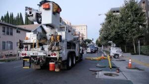 SCE crews help restore power to downtown Long Beach. Photo: Ernesto Sanchez/SCE