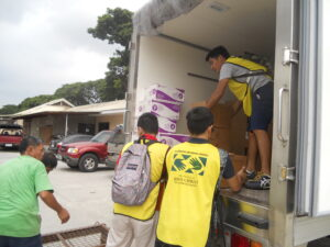 Unloading of the boxes by Mormon Helping Hands Volunteers and Hospital Crews (photo by P.Lagman)