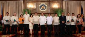 President Benigno S. Aquino III shares the stage with the Philippine Quality Award (PQA) awardees for a snap shot during the 17thConferment Ceremony at the Rizal Hall of the Malacañan Palace on Tuesday (September 22). PQA is a national performance excellence program that recognizes achievements of public and private organizations in their journey towards organizational performance excellence. Patterned after the prestigious Baldrige Performance Excellence Program of US, the PQA is the highest award that can be received by any Philippine organization. It sets the global standard to help our local organizations achieve world-class performance and serve as a template for competitiveness based on the principle of Total Quality Management. Also in photo are PQA Board of Judges chairman CristinoPanlilio; PQA Award Administrator for Private Sector and Philippine Society for Quality, Inc. vice president Ma. Teresa Bagaman; Trade and Industry Undersecretary Adrian Cristobal, Jr.; PQA Award Administrator for Public Sector and Development Academy of the Philippines (DAP) president Antonio Kalaw; PQA Foundation, Inc. president Angelito Sarmiento; and PQA Board of Judges vice chairman Ruy Moreno. (MNS photo)