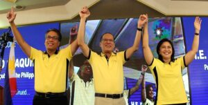 """LP chairman President Benigno S. Aquino III, along with LP Presidential Candidate former DILG Secretary Manuel Roxas II and LP Vice Presidential Candidate Camarines Sur 3rd District Representative Maria Leonor """"Leni"""" Robredo, flashes the Laban """"L"""" sign during the """"Daang Matuwid: To Be Continued…"""" of the ruling Liberal Party (LP) at the Corazon C. Aquino Kalayaan Hall of the Club Filipino in San Juan City on Monday (October 05). (MNS photo)"""