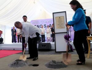 President Benigno S. Aquino III shovels dirt during the groundbreaking ceremony of the new Supreme Court Complex at the Philippine Army Security and Escort Batallion Area in Bonifacio Global City, Taguig City on Friday (October 02). Also in photo are SC Chief Justice Maria Lourdes Sereno and Bases Conversion and Development Authority president Arnel Casanova. (MNS photo)