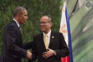 President Aquino (right) and US President Barack Obama shake hands prior to the start of the Asia-Pacific Economic Cooperation (APEC) economic leaders meeting in Manila on Wednesday. US President Barack Obama offered the Philippines a warship as part of a 250-million USD aid package to Southeast Asian allies. (MNS photo)