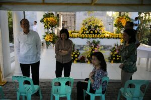 President Benigno S. Aquino III visits the tomb of his parents Ninoy and Cory  at the Manila Memorial Park in Sucat, Paranaque Thursday, (October 29). (MNS photo)