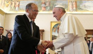(VATICAN) President Benigno S. Aquino III is welcomed by His Holiness Pope Francis at the Sala del Trono of the Apostolic Palace for the private audience on Friday (December 04). (MNS photo)