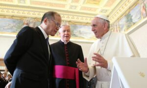 (VATICAN) President Benigno S. Aquino III and His Holiness Pope Francis view the gifts at the Sala dei Papi of the Apostolic Palace during the private audience on Friday (December 04, 2015). (MNS photo)