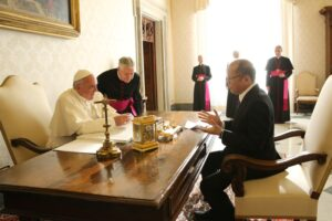 (VATICAN) President Benigno S. Aquino III and His Holiness Pope Francis exchanges views during the private audience at the Papal Library of the Apostolic Palace on Friday (December 04). (MNS photo)