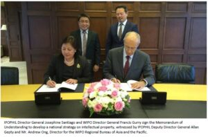 IPOPHIL Director General Josephine Santiago and WIPO Director General Francis Gurry sign the Memorandum of Understanding to develop a national strategy on intellectual property, witnessed by IPOPHIL Deputy Director General Allan Gepty and Mr. Andrew Ong, Director for the WIPO Regional Bureau of Asia and the Pacific.